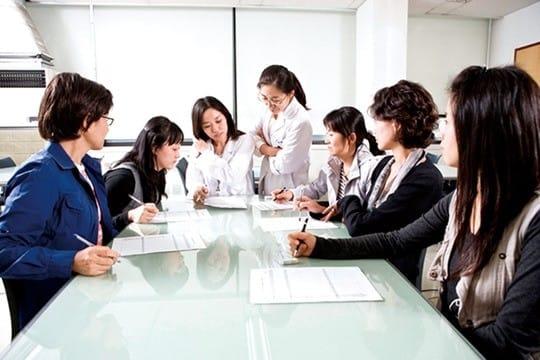 CJ제일제당 '톡톡 주부 연구원'들이 회사 소속 연구원과 아이디어를 나누고 있다. /CJ제일제당 제공