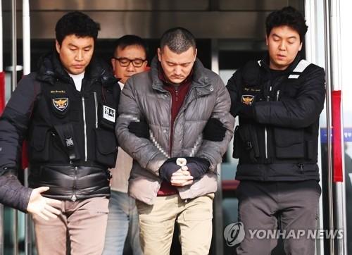 '패륜범의 회한'… 일가족 살해 김성관, 현장검증서 눈물
