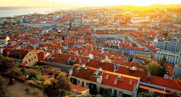 황혼 무렵 리스본을 굽어보는 상 조르세 성에 오르면 도시를 물들이는 오렌지빛 석양을 마주할 수 있다.