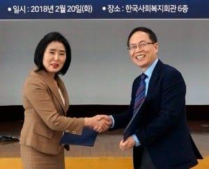 이형세 대표(오른쪽)와 이라 위원장이 지난 20일 업무협약을 체결하는 모습. / 사진=테크빌교육 제공