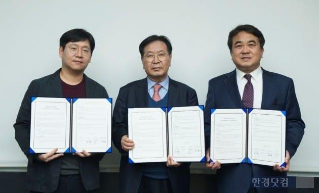 (왼쪽부터) 네이버 최인혁 총괄부사장, 대웅제약 이종욱 대표이사, 분당서울대병원 전상훈 원장이 MOU 협약서에 서명을 했다.