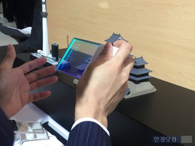 일본 최대 이동통신회사 NTT 도코모가 모바일 가젯이 설치된 투명디스플레이를 전시했다./ 사진=최수진 기자