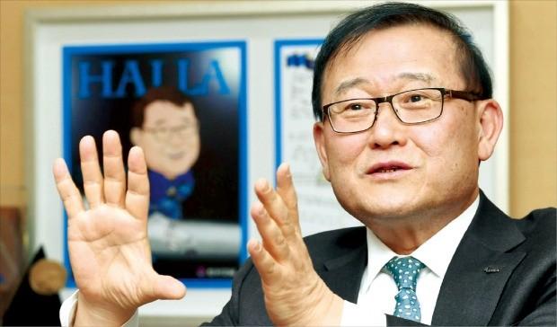 정몽원 한라그룹 회장이 경영전략 등을 설명하고 있다.