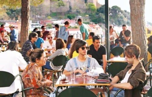 그라사 전망대 노천 카페에서 시간을 보내는 사람들.