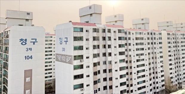겨울방학을 맞아 학군 수요가 몰리면서 서울 노원구 중계동 '청구3차' 아파트 매매 가격(전용 84㎡)은 1년 새 1억5000만원 뛰었다.  양길성 기자 vertigo@hankyung.com