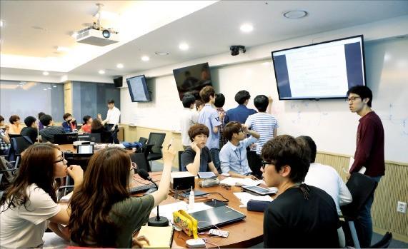 대구경북과학기술원 기초학부 학생들이 학과와 학부 구분 없는 융복합교육 수업을 하고 있다.  /대구경북과학기술원 제공