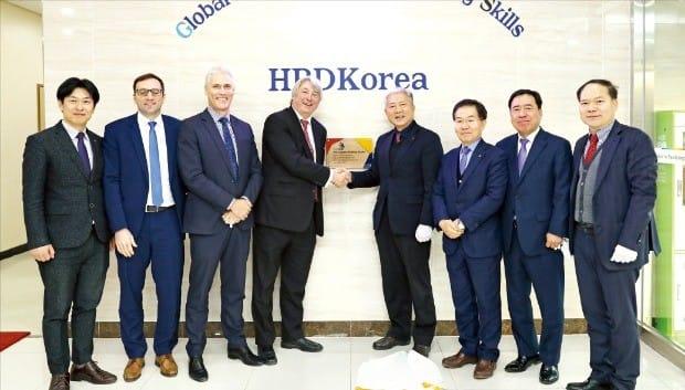 한국산업인력공단은 지난달 29일 국제기능올림픽대회 조직위원회와 기능경기 발전을 위한 업무협약을 맺었다. 한국산업인력공단 제공