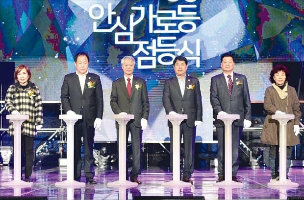 한국수력원자력은 안전한 올림픽 개최를 위해 평창 일대에 태양광을 이용한 가로등을 설치했다. 지난해 10월 전영택 부사장(왼쪽 세 번째) 등이 참석한 가운데 점등식이 열렸다.  한수원 제공