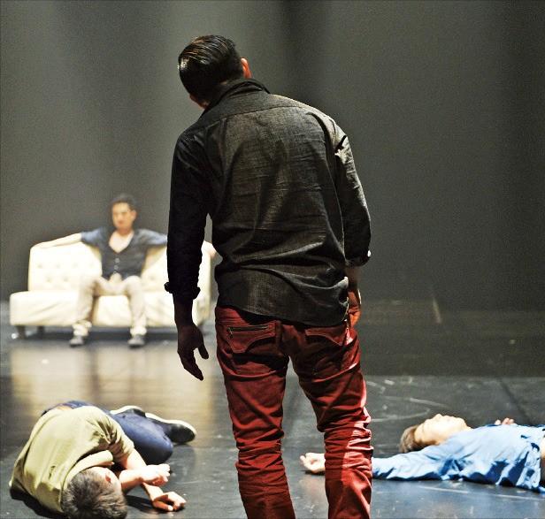 오는 10~11일 서울 강동아트센터에서 공연하는 현대무용 '이방인'.  /세컨드네이처 댄스컴퍼니 제공
