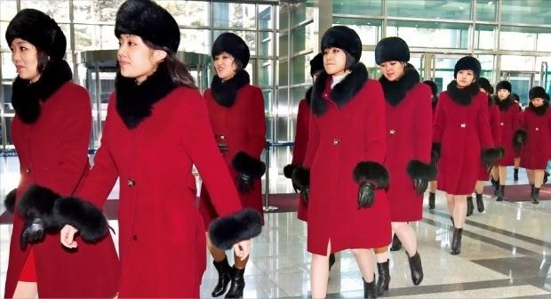평창동계올림픽을 계기로 한국을 방문해 서울과 강릉에서 두 차례 공연을 한 북한 예술단이 12일 경기 파주 도라산 남북출입사무소(CIQ)를 통해 북한으로 돌아가고 있다. 사진공동취재단