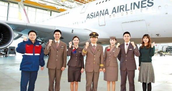 아시아나항공은 동반성장 등 사회적 책임을 구현하기 위한 다양한 활동을 벌이고 있다. 사진은 임직원들이 인천공항 제2 격납고에서 창립 30주년 기념 촬영을 하는 모습. 아시아나항공 제공