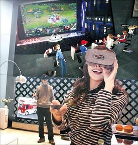 SK텔레콤 모델들이 옥수수 소셜 VR 서비스를 이용해 가상공간에서 리그오브레전드 경기 영상을 함께 시청하고 있다.  /SK텔레콤 제공