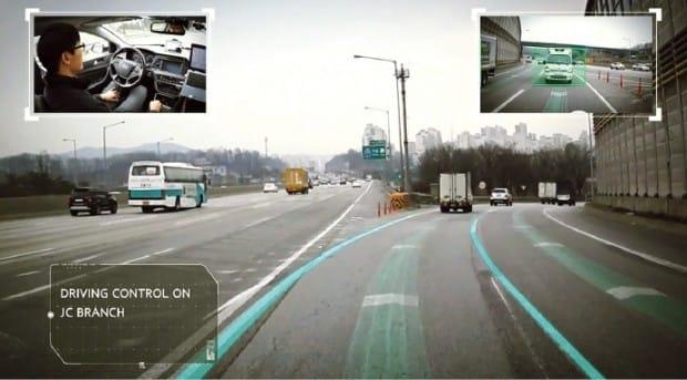 교차로 출구 구간에서의 자율주행 제어 모습. 현대모비스 제공