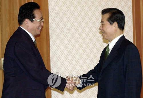 김정은, 우리 대통령에 첫 친서… 과거에도 드문사례