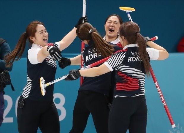 23일 오후 강원 강릉컬링센터에서 열린 2018평창동계올림픽 여자 컬링 준결승전에서 일본을 꺾고 결승에 진출한 한국 선수들이 기뻐하고 있다. 사진=연합뉴스