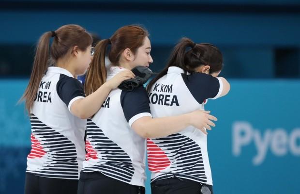 '울지마', 자랑스러운 '팀킴'(사진=연합뉴스)