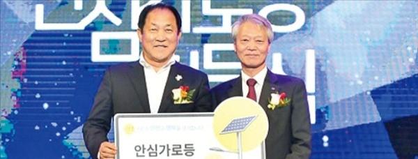 한국수력원자력은 안전한 올림픽 개최를 위해 평창 일대에 태양광 가로등을 설치했다. 지난해 10월 심재국 평창군수(왼쪽)와 전영택 한수원 기획부사장이 참석한 가운데 점등식이 열렸다.  한수원 제공