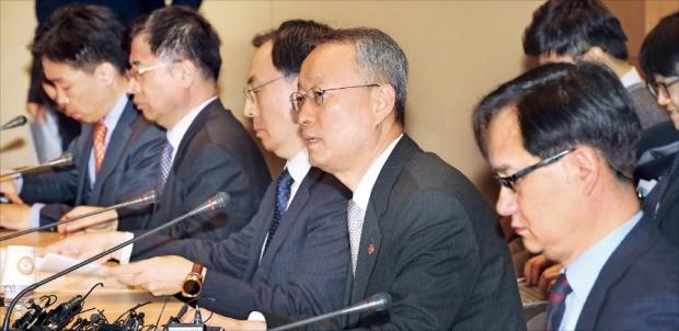 백운규 산업통상자원부 장관(오른쪽 두 번째)이 9일 서울 삼성동 코엑스에서 미국의 수입철강 25% 관세 부과 결정에 대한 민관합동 대책회의를 주재하고 있다.  /강은구 기자 egkang@hankyung.com