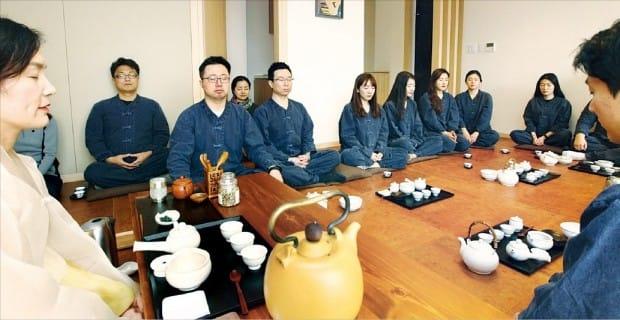 LG디스플레이 직원들이 다도(茶道)를 통해 명상과 소통을 배우는 프로그램을 체험하고 있다. LG 제공