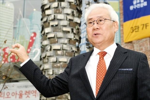 홍성열 마리오아울렛 회장이 서울 가산동 마리오아울렛 3관 앞에서 굴뚝 모양의 조형물에 대해 설명하고 있다. 허문찬 기자 sweat@hankyung.com