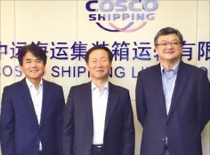 김칠봉 SM상선 사장(가운데)과 왕하이민 코스코 컨테이너라인 사장(오른쪽) 등 양사 경영진은 지난 15일 중국 상하이 코스코 본사에서 만나 협력 방안을 논의했다. SM상선 제공