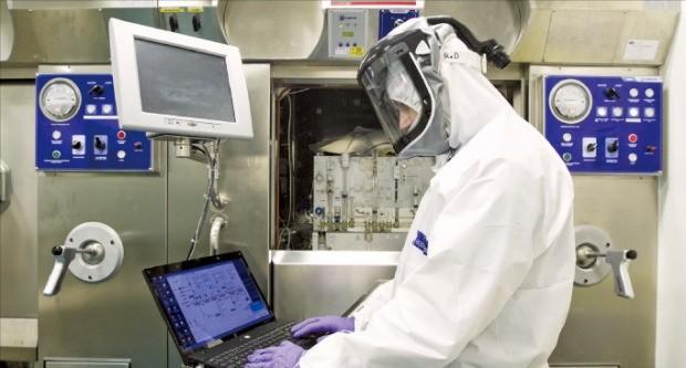 프랑스 방사성의약품 전문기업 AAA 연구원이 제품의 방사선량을 측정하고 있다.  /AAA 제공