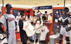 롯데백화점 부산본점은 지난 15일 5층 카피매장에 자이언츠 숍을 열었다.
