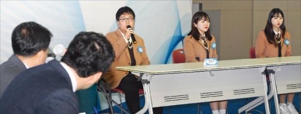 '2018 대한민국 고졸인재 잡콘서트'에 참가한 직업고 학생들이 28일 한국가스공사의 블라인드 채용 공개 모의면접을 치르고 있다. 강은구  기자 egkang@hankyung.com