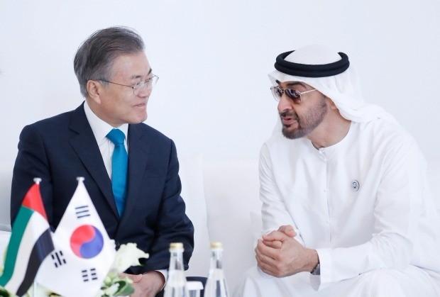 아랍에미리트(UAE)를 공식 방문 중인 문재인 대통령이 26일 오후 바라카 원전 1호기 건설 완료행사에서 모하메드 빈 자이드 알 나흐얀 왕세제와 이야기를 나누고 있다. 청와대사진기자단