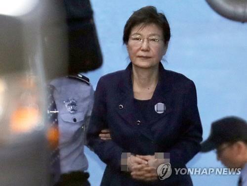 """박근혜, 구치소서 '혐의부인' 자필답변… """"국정원 특활비 요구 안해"""""""