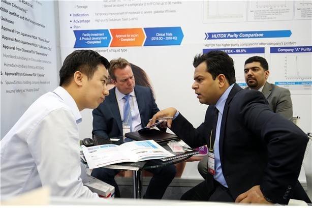 KOREA PHARM & BIO 2017에서 제약사가 전시장을 찾는 해외바이어와 수출상담을 하고 있다. 한국제약바이오협회 제공