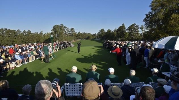 게리 플레이어가 5일 아침(현지시간) 2018 마스터스 골프 토너먼트 시타를 하고 있다. 오른쪽 빨강 상의를 입은 사람은 잭 니클로스. [사진=마스터스 홈페이지]