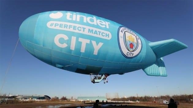 틴더가 맨체스터시티 FC와 파트너십 체결을 기념해 띄운 비행선. 틴더 제공