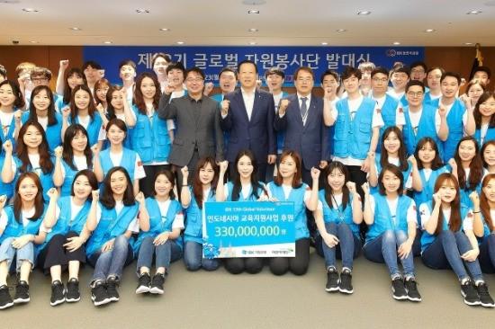 발대식을 마치고 김도진 기업은행장(둘째줄 가운데) 이제훈 초록우산 어린이재단 회장(둘째줄 오른쪽 여섯번째)이 자원봉사자들과 함께 기념촬영을 하고 있는 모습.