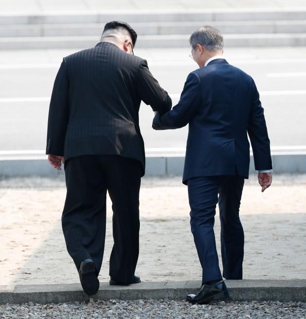 김정은의 제안으로 군사분계선을 다시 넘어갔다 돌아오는 이벤트를 하는 문재인 대통령_사진 한국공동사진기자단