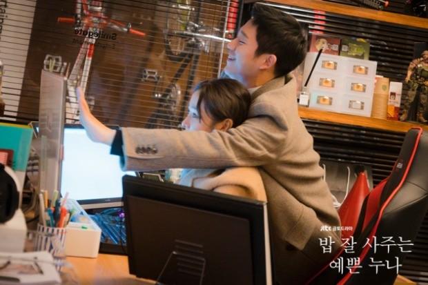JTBC 드라마 '밥 잘 사주는 예쁜 누나'의 남자 주인공 정해인(서준희 역)은 게임회사 '스마일게이트'의 아트 디렉터로 등장한다. / 사진=JTBC