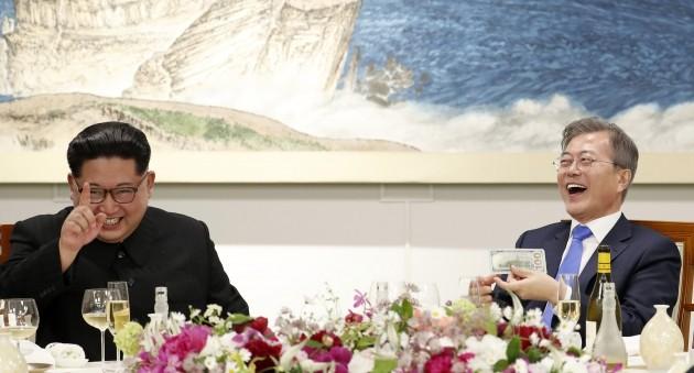 27일 오후 문재인 대통령과 김정은 국무위원장이 평화의 집에서 열린 남북정상회담 만찬에서 마술공연을 관람 하고 있다. (한국공동사진기자단)