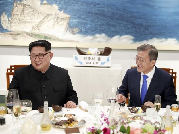 27일 오후 문재인 대통령과 김정은 국무위원장이 디저트 망고무스를 망치로 열어보고 있다. (사진 남북공동사진기자단)