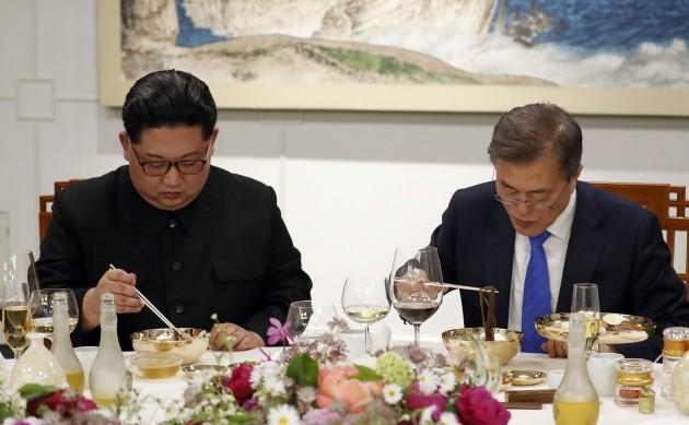 27일 오후 문재인 대통령과 김정은 국무위원장이 남북정상회담 만찬 메뉴인 옥류관 평양냉면을 먹고 있다. (사진 한국공동사진기자단)