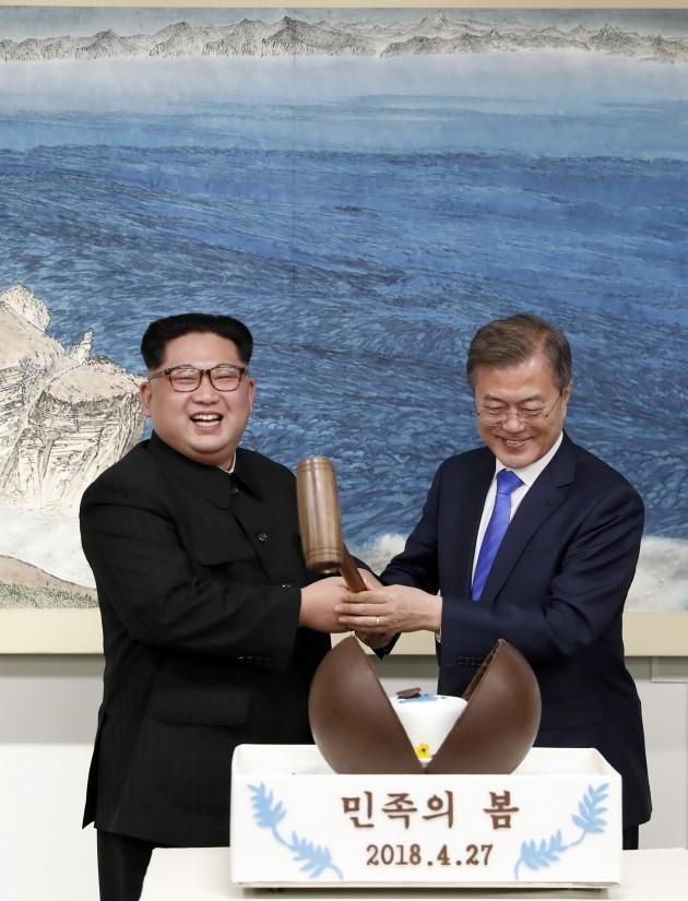27일 오후 문재인 대통령과 김정은 국무위원장이 함께 나무망치를 들고 디저트인 초콜릿 원형돔 '민족의 봄'을 열고 있다. (사진 한국공동사진기자단)