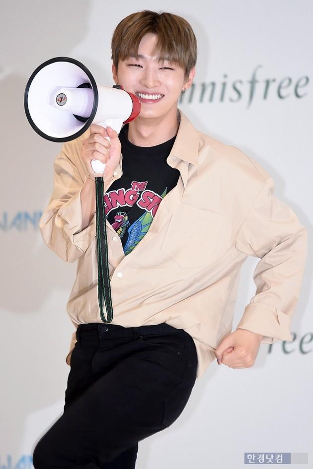 [포토] 워너원 윤지성, '귀여운 눈웃음~'