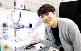 한국산업기술대 출신인 최근식 링크솔루션 대표가 3차원(3D) 프린터를 설명하고 있다.