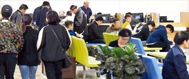 < 북적이는 취업상담 창구 > 11일 서울지방고용노동청 취업상담 창구를 찾은 구직자들이 상담 순서를 기다리고 있다. 이날 통계청은 작년 월 20만~30만 명 수준이던 취업자 증가폭이 지난달 10만 명대에 그쳤다고 발표했다. 허문찬 기자 sweat@hankyung.com
