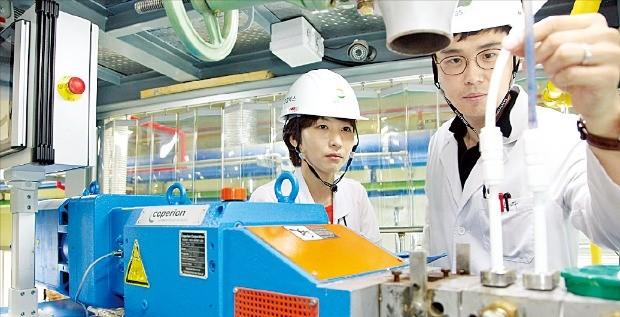 GS칼텍스 연구원들이 대전 중앙기술연구소에서 바이오부탄올을 연구하고 있다. /GS 제공
