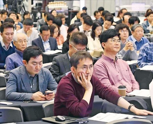 서울 여의도동 한국거래소에서 25일 열린 'IPO 엑스포 2018'에 참석한 기업 관계자들이 이달 개정된 '나스닥식 상장제도'에 대한 설명을 듣고 있다. 올해로 5회째인 이날 행사에는 300여 개 상장 예비기업 관계자 등 500여 명이 몰렸다. 김범준 기자 bjk07@hankyung.com