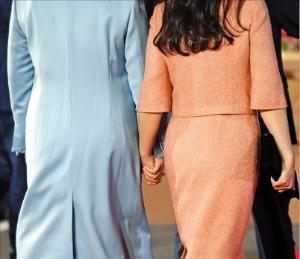 < 손 맞잡고… > 김정숙 여사와 김정은 북한 국무위원장의 부인인 이설주가 손을 맞잡고 걷고 있다.