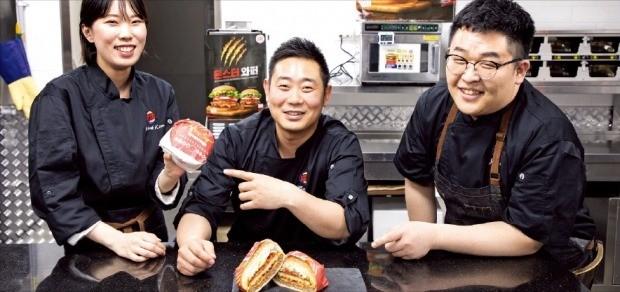 김미옥 사원(왼쪽부터), 전영욱 과장, 이진우 과장이 개발한 몬스터 와퍼를 버거킹 R&D 센터에서 선보이고 있다. 버거킹코리아 제공