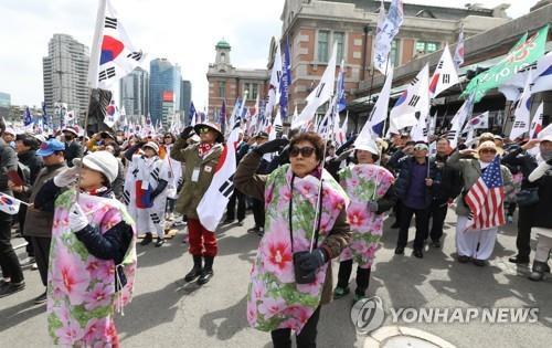 """""""박근혜 유죄는 '사법살인'""""…친박단체 도심서 태극기집회"""