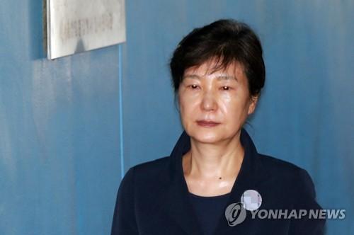 '공천개입 혐의' 추가된 박근혜 오늘 첫 재판…불출석할 듯