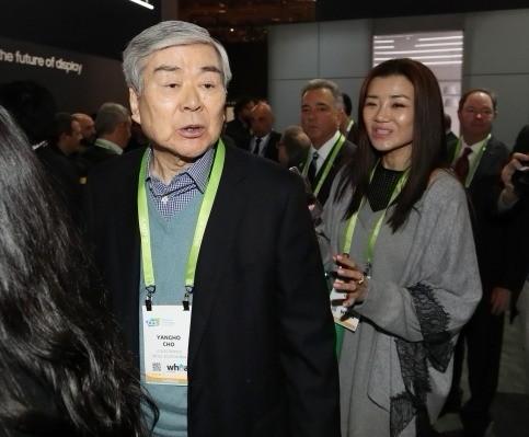 지난 1월 세계 최대 가전·IT 박람회인 'CES(Consumer Electronics Show) 2018'을 찾은 조양호 한진그룹 회장(왼쪽)과 조현민 전무의 모습 (사진=연합뉴스)